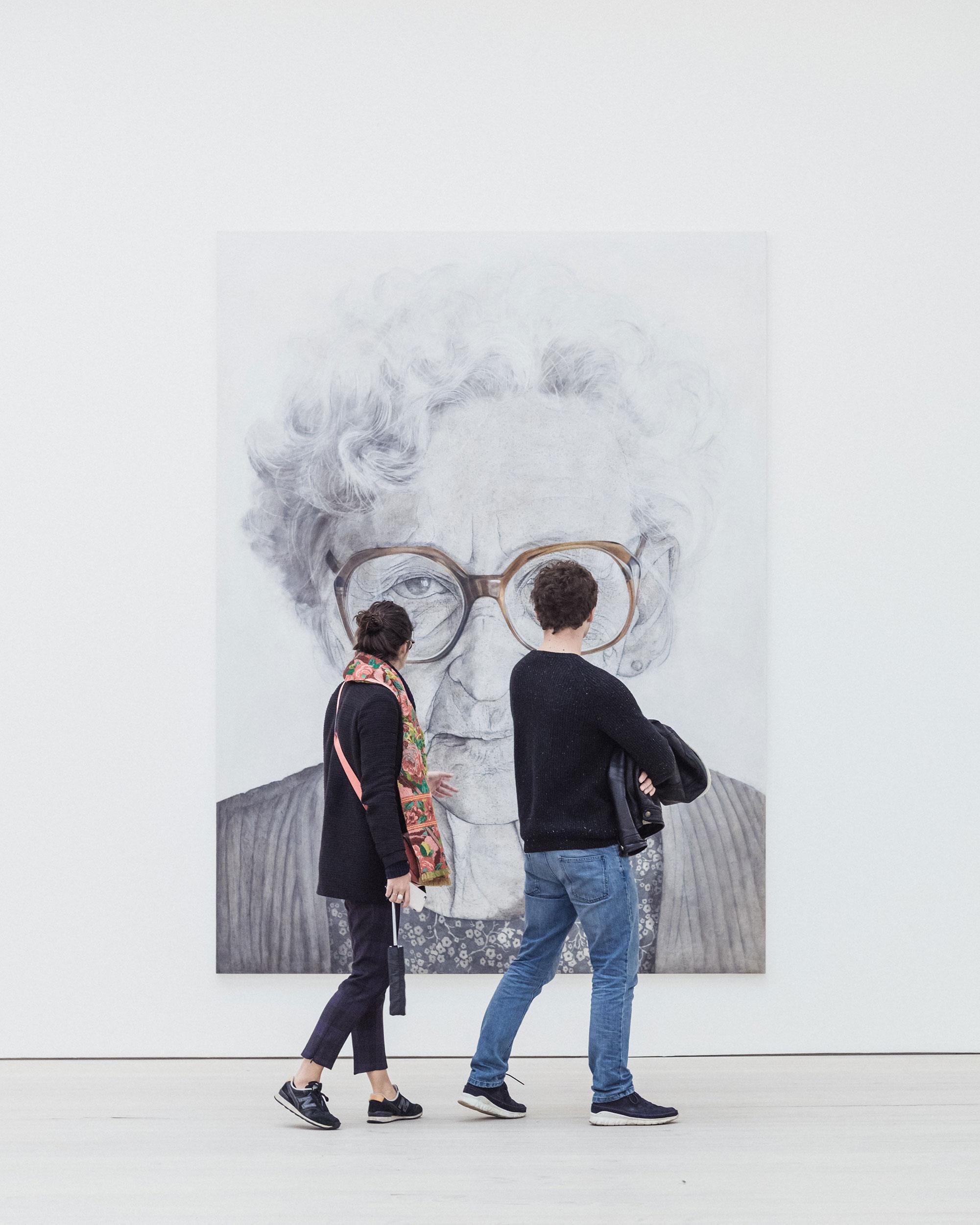 To mennesker ser på kunstbilde